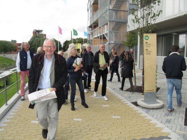 Besök på bomässa Ett tiotal medlemmar besökte 13 september bomässan i Linköping. Efter en intressant introduktion av mässans ordförande Birgitta Ståhl-Öckinger blev det några timmars rundvandring i Vallastaden med ett tusental nybyggda bostäder. Det är ett spännande område där olika ägandeformer och hyresrätter är blandade med utmanande lösningar.